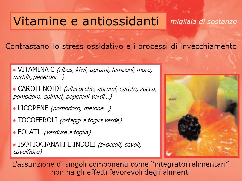 Vitamine e antiossidanti VITAMINA C (ribes, kiwi, agrumi, lamponi, more, mirtilli, peperoni…) CAROTENOIDI (albicocche, agrumi, carote, zucca, pomodoro