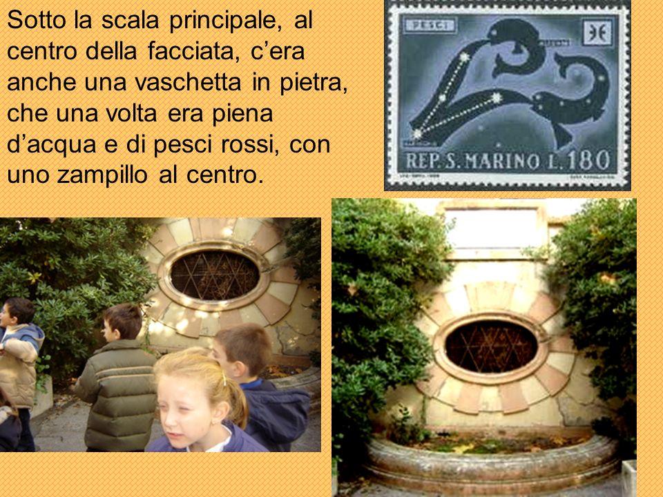 Sotto la scala principale, al centro della facciata, cera anche una vaschetta in pietra, che una volta era piena dacqua e di pesci rossi, con uno zampillo al centro.