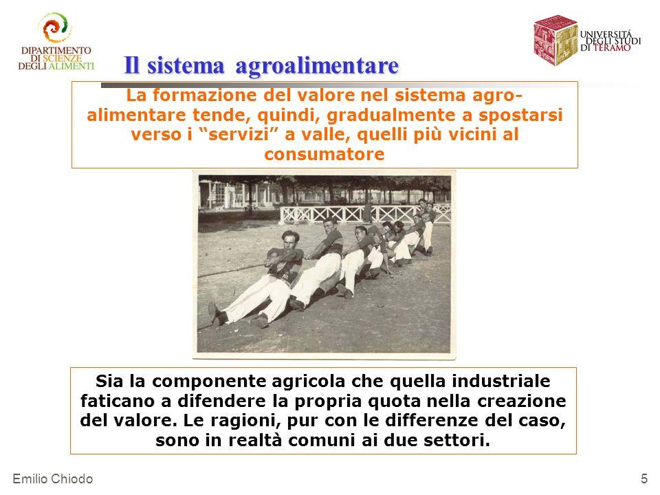 Emilio Chiodo 5 La formazione del valore nel sistema agro- alimentare tende, quindi, gradualmente a spostarsi verso i servizi a valle, quelli più vici