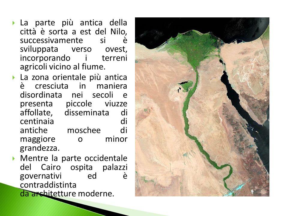 La parte più antica della città è sorta a est del Nilo, successivamente si è sviluppata verso ovest, incorporando i terreni agricoli vicino al fiume.