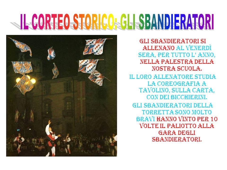 NEL CORTEO I MUSICI E GLI SBANDIERATORI SONO IN TUTTO 20.