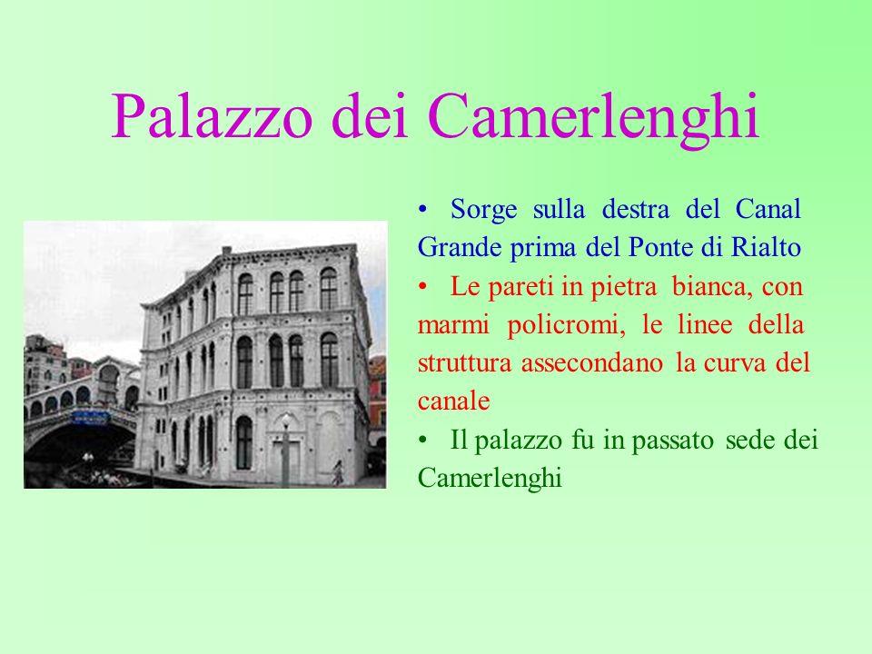 Palazzo dei Camerlenghi Sorge sulla destra del Canal Grande prima del Ponte di Rialto Le pareti in pietra bianca, con marmi policromi, le linee della