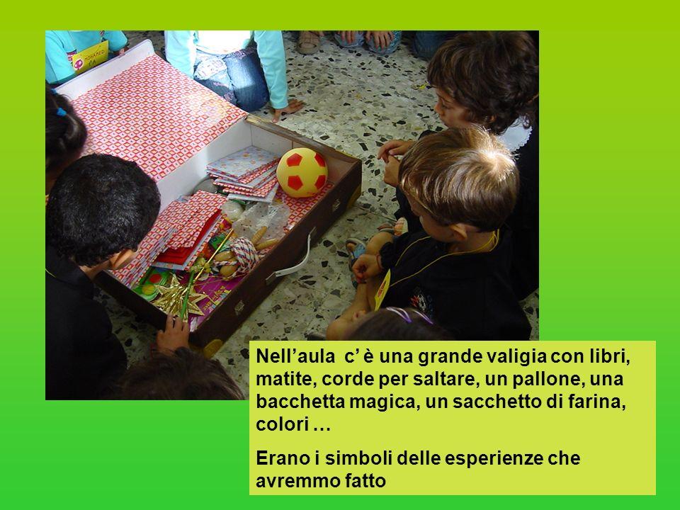 Nellaula c è una grande valigia con libri, matite, corde per saltare, un pallone, una bacchetta magica, un sacchetto di farina, colori … Erano i simbo