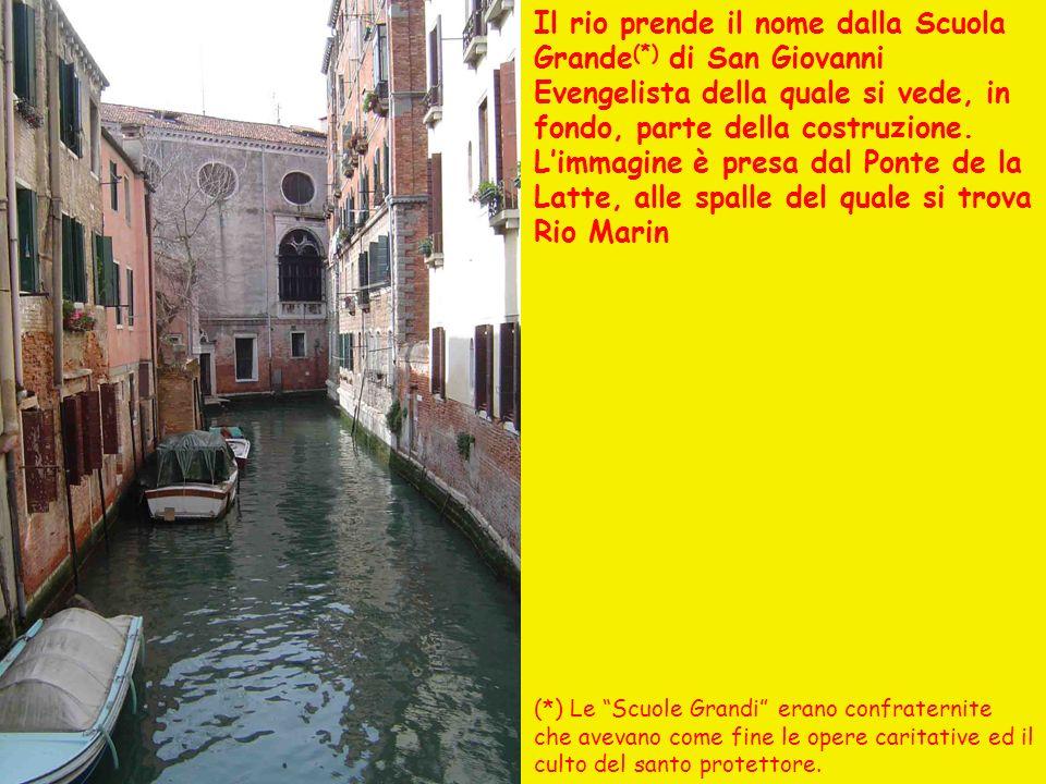 Il rio prende il nome dalla Scuola Grande (*) di San Giovanni Evengelista della quale si vede, in fondo, parte della costruzione.