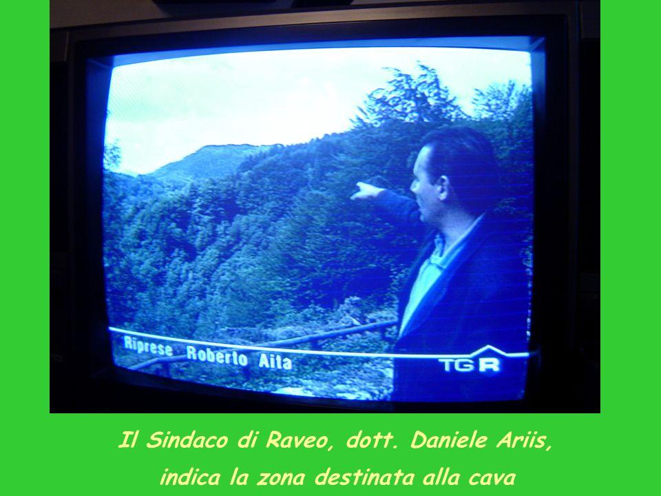 Il Sindaco di Raveo, dott. Daniele Ariis, indica la zona destinata alla cava