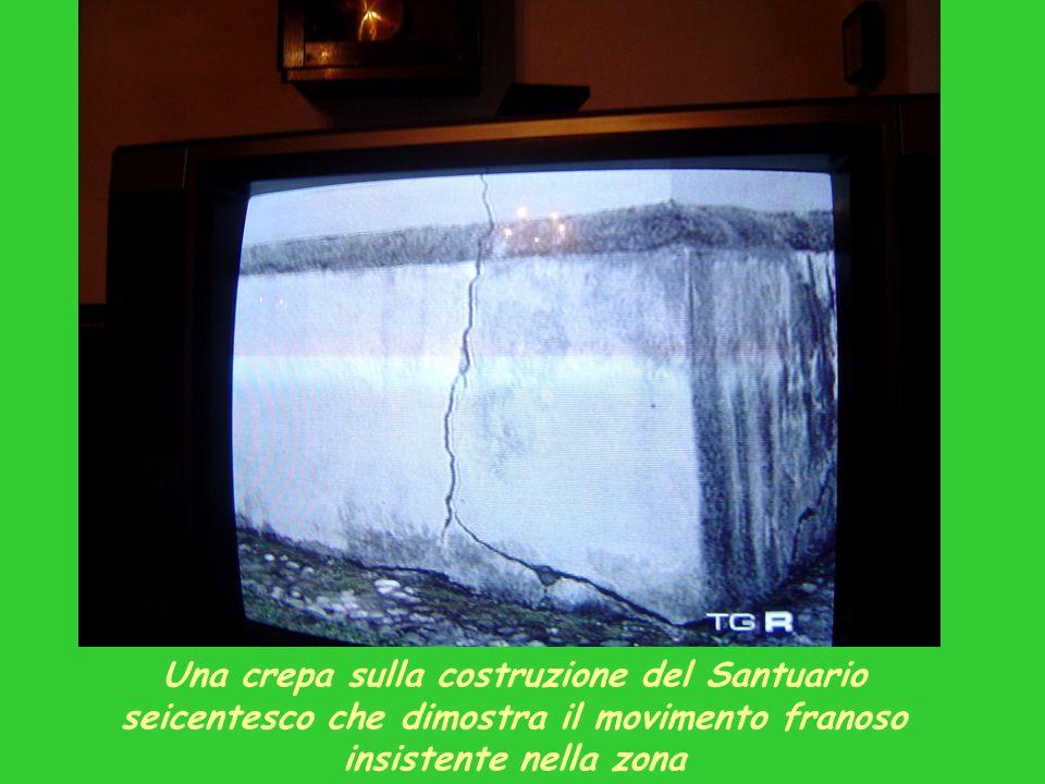Una crepa sulla costruzione del Santuario seicentesco che dimostra il movimento franoso insistente nella zona
