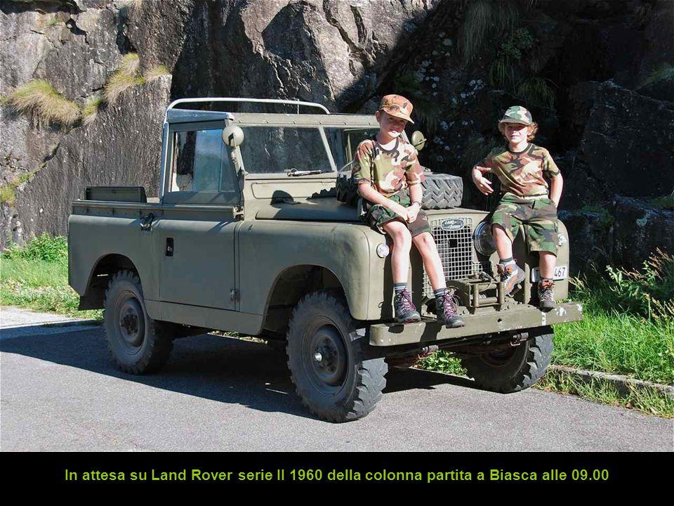 In attesa su Land Rover serie II 1960 della colonna partita a Biasca alle 09.00