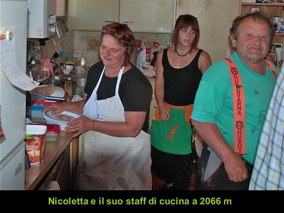 Nicoletta e il suo staff di cucina a 2066 m