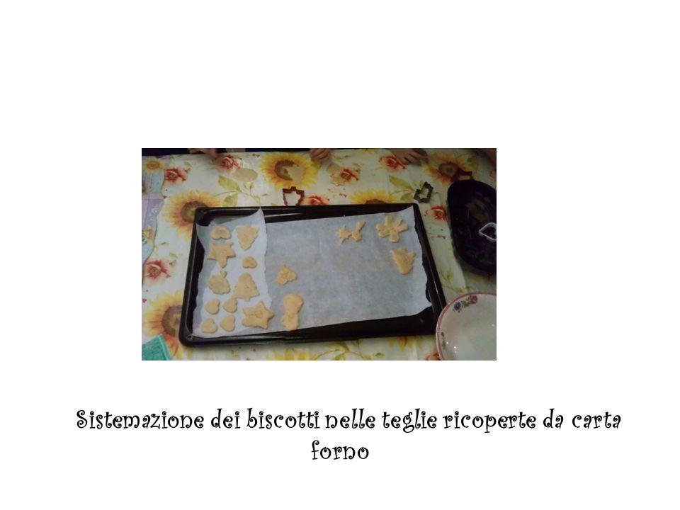 Sistemazione dei biscotti nelle teglie ricoperte da carta forno
