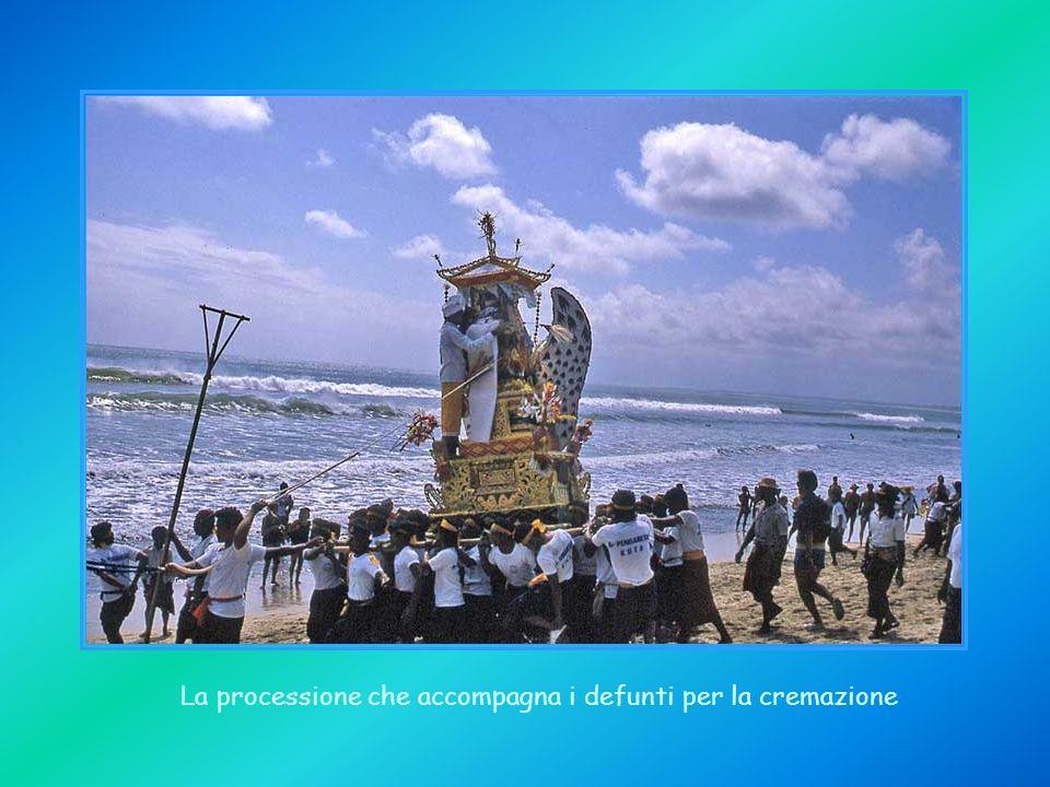 La processione che accompagna i defunti per la cremazione