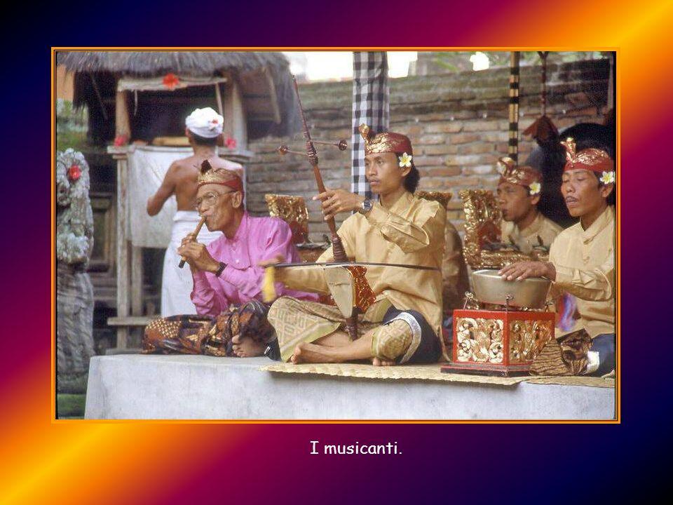 Barong Non esiste danza a Bali che non abbia un precedente sociale e religioso: il dramma barong ne è il classico esempio. Le sue maschere e i costumi