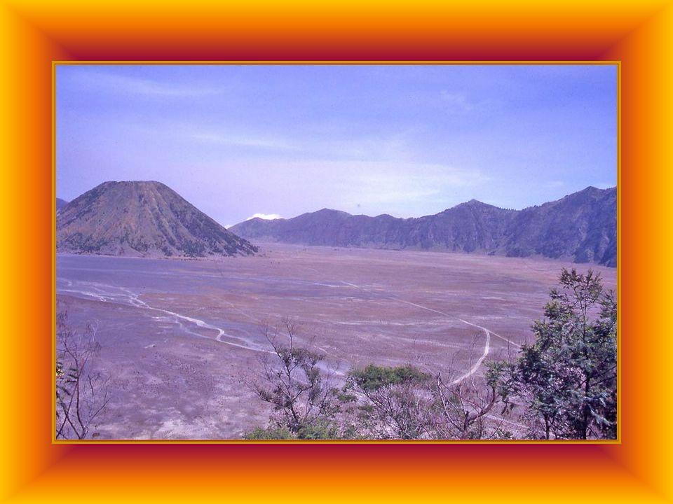 Isola di Giava, a sud-est di Surabaya il vulcano Bromo, con i suoi 2302 mt domina il massiccio del Tengger, sinnalza accanto a due crateri inattivi su un mare di sabbia di 11 km di diametro, fondo di un altro cratere antico.
