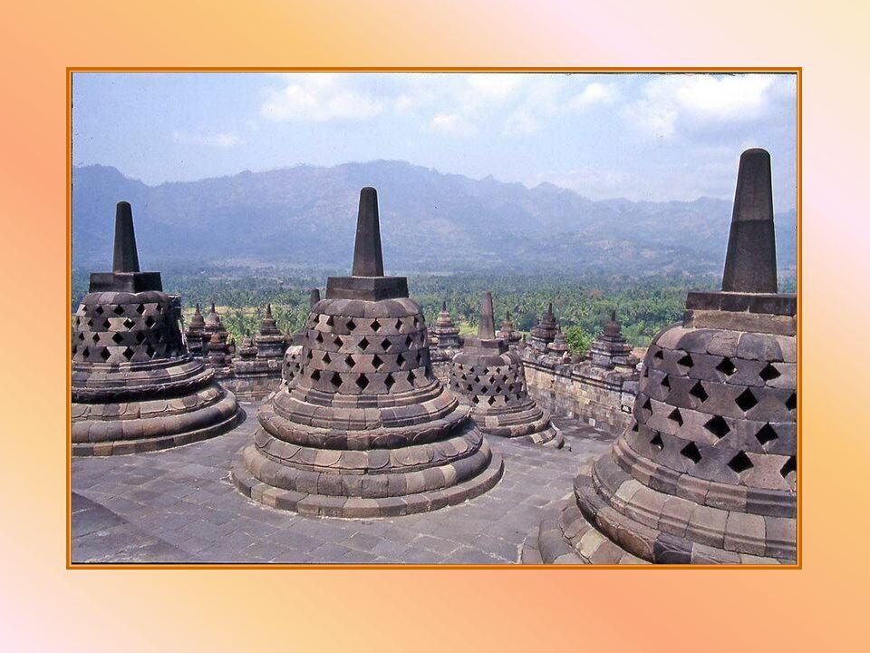 Borobudur è uno dei più antichi templi buddisti e uno tra i più belli. Costruito nel corso del IX secolo su tre collinette naturali, stava scivolando