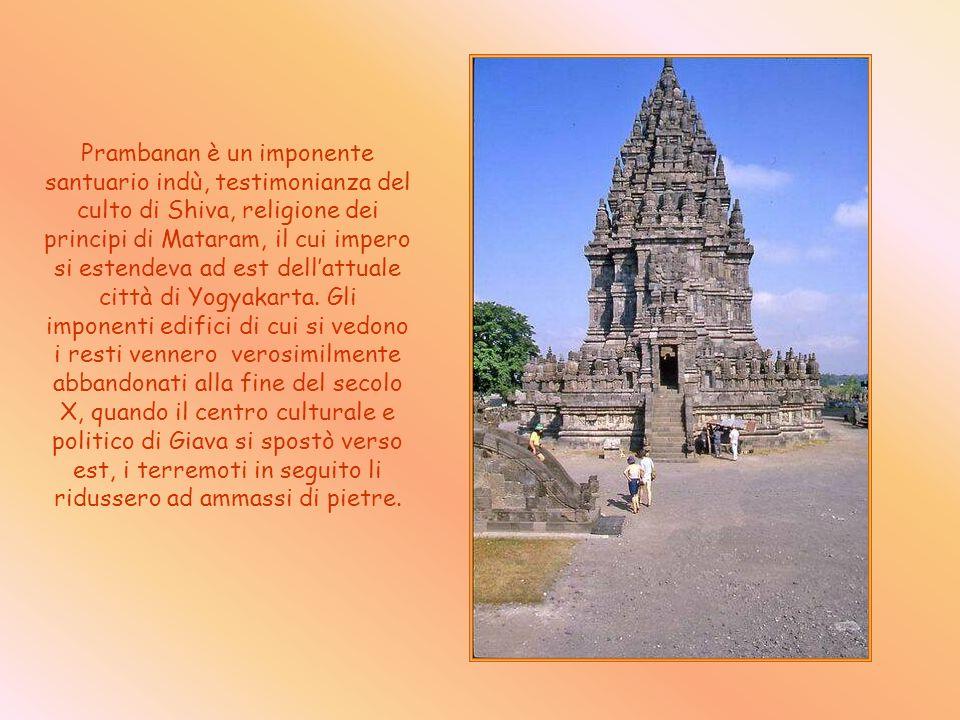 Prambanan è un imponente santuario indù, testimonianza del culto di Shiva, religione dei principi di Mataram, il cui impero si estendeva ad est dellattuale città di Yogyakarta.