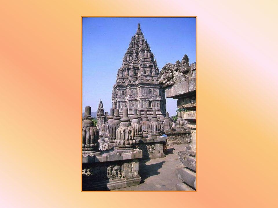 Prambanan è un imponente santuario indù, testimonianza del culto di Shiva, religione dei principi di Mataram, il cui impero si estendeva ad est dellat
