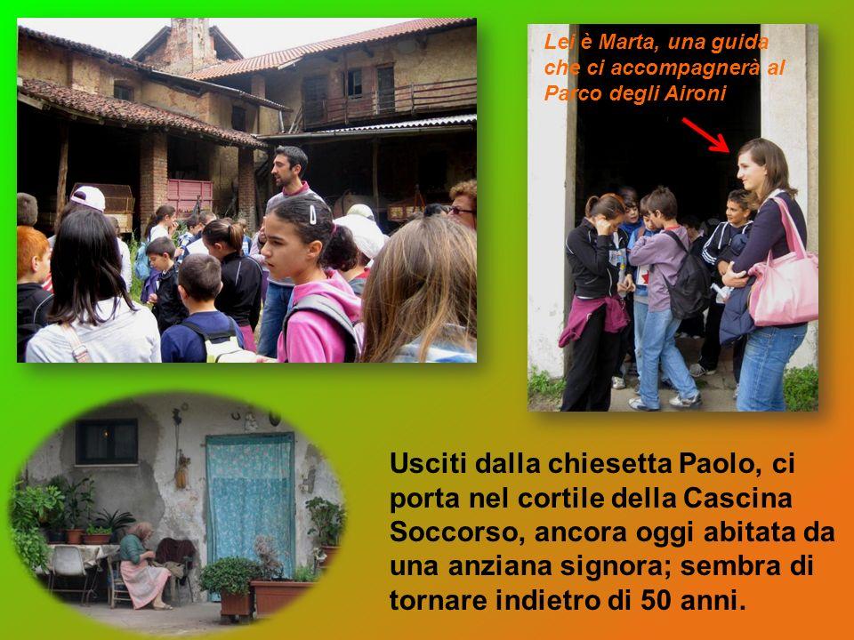 Usciti dalla chiesetta Paolo, ci porta nel cortile della Cascina Soccorso, ancora oggi abitata da una anziana signora; sembra di tornare indietro di 50 anni.