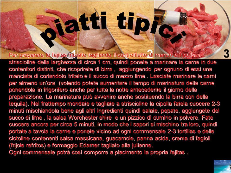 Per preparare le fajitas iniziate tagliando il controfiletto di manzo e il pollo a striscioline della larghezza di circa 1 cm, quindi ponete a marinar