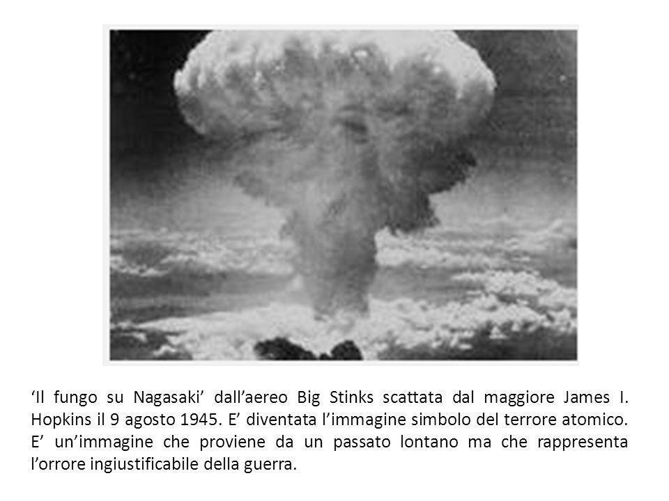 Il fungo su Nagasaki dallaereo Big Stinks scattata dal maggiore James I. Hopkins il 9 agosto 1945. E diventata limmagine simbolo del terrore atomico.