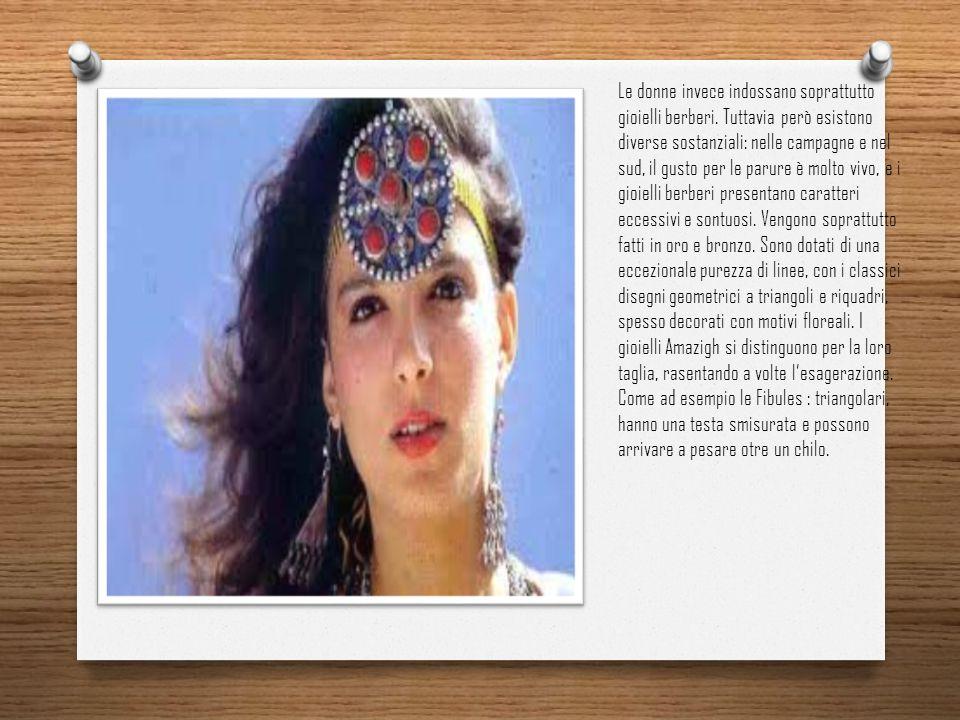 Le donne invece indossano soprattutto gioielli berberi. Tuttavia però esistono diverse sostanziali: nelle campagne e nel sud, il gusto per le parure è