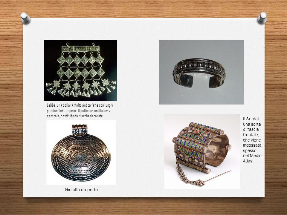 Lebba: una collana molto antica fatte con lunghi pendenti che coprono il petto con un diadema centrale, costituito da placche decorate Gioiello da pet