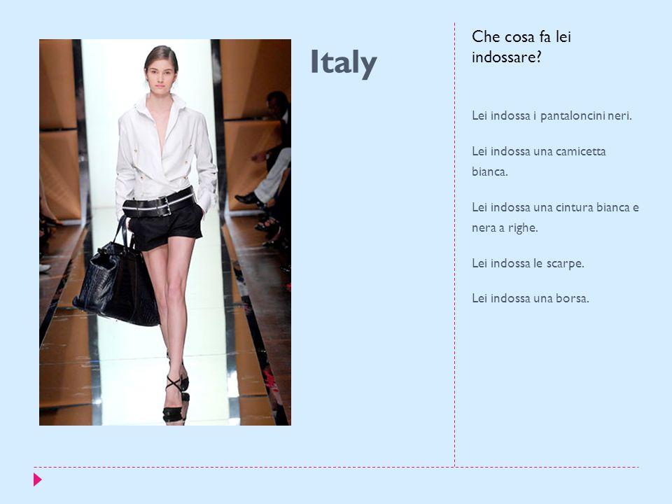 Italy Lei indossa i pantaloncini neri. Lei indossa una camicetta bianca.