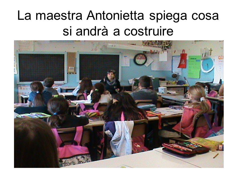 La maestra Antonietta spiega cosa si andrà a costruire