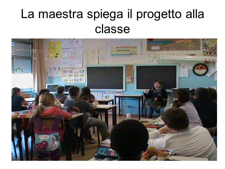 La maestra spiega il progetto alla classe