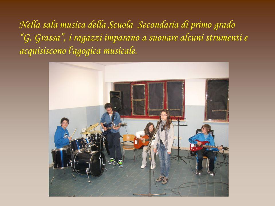 Nella sala musica della Scuola Secondaria di primo grado G. Grassa, i ragazzi imparano a suonare alcuni strumenti e acquisiscono l'agogica musicale.
