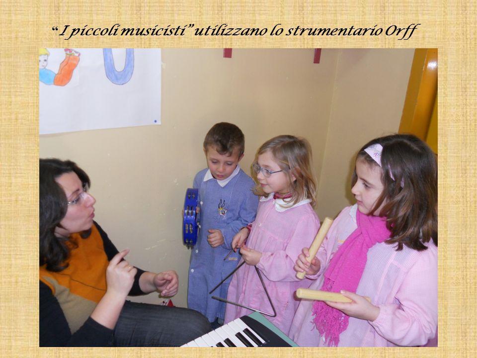 I piccoli musicisti utilizzano lo strumentario Orff