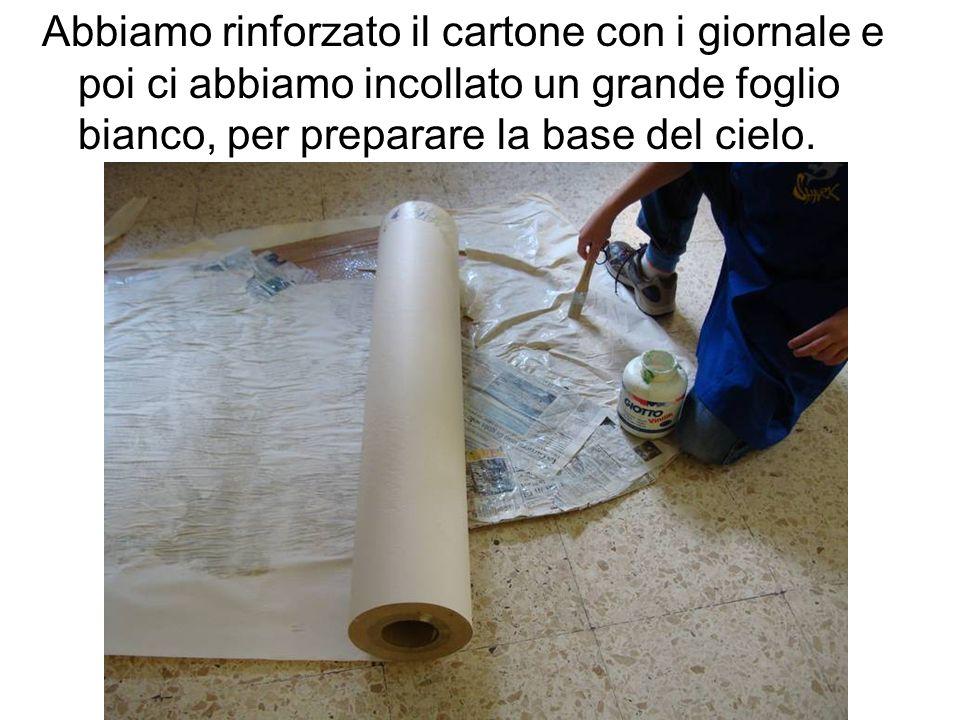 Abbiamo rinforzato il cartone con i giornale e poi ci abbiamo incollato un grande foglio bianco, per preparare la base del cielo.