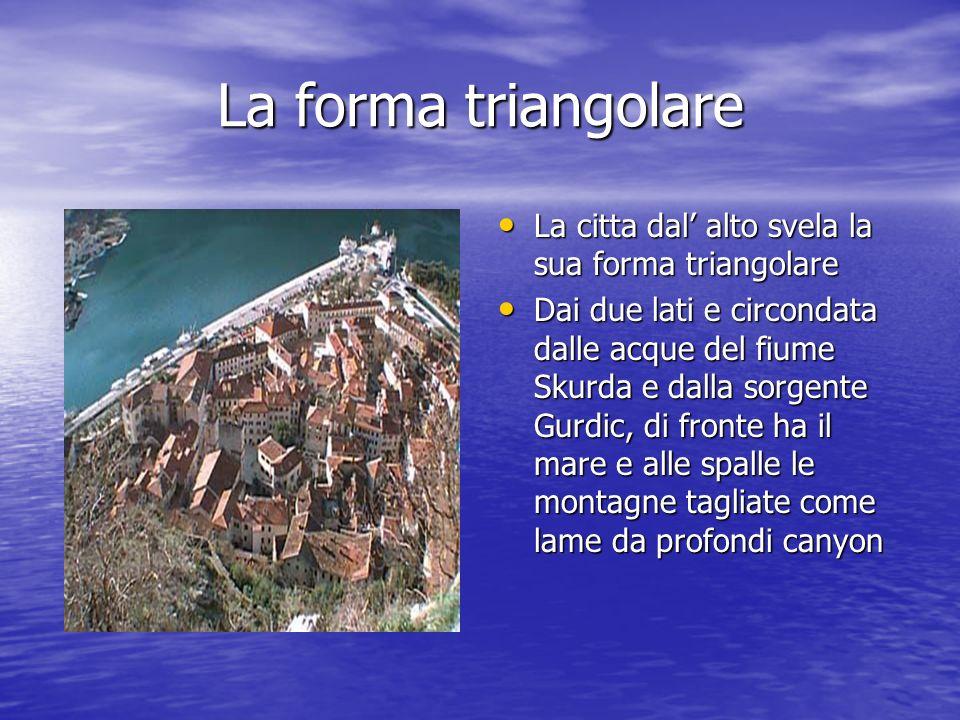 La forma triangolare La citta dal alto svela la sua forma triangolare La citta dal alto svela la sua forma triangolare Dai due lati e circondata dalle