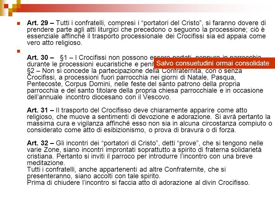 Art. 29 – Tutti i confratelli, compresi i portatori del Cristo, si faranno dovere di prendere parte agli atti liturgici che precedono o seguono la pro