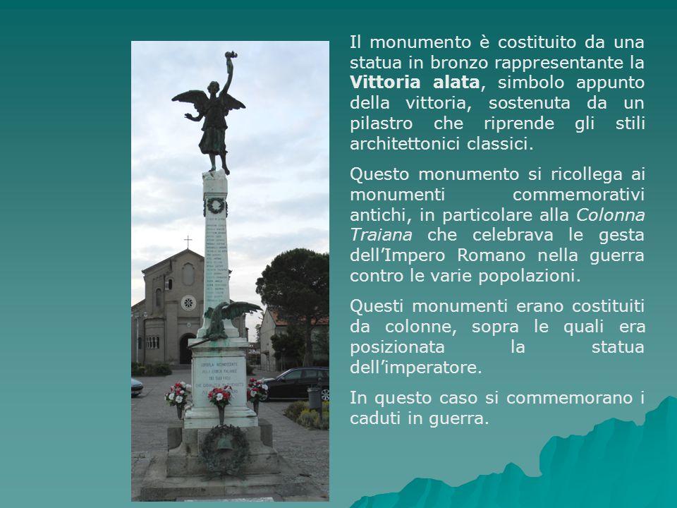Il monumento è costituito da una statua in bronzo rappresentante la Vittoria alata, simbolo appunto della vittoria, sostenuta da un pilastro che riprende gli stili architettonici classici.