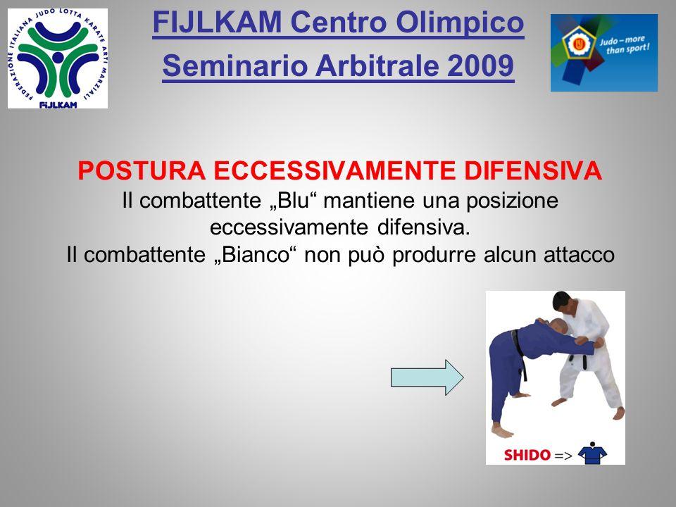 FIJLKAM Centro Olimpico Seminario Arbitrale 2009 Il combattente Bianco prende il pantalone del judogi con la mano per bloccare o attaccare.