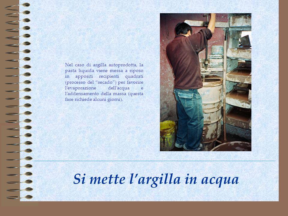 Si mette largilla in acqua Nel caso di argilla autoprodotta, la pasta liquida viene messa a riposo in appositi recipienti quadrati (processo del secad