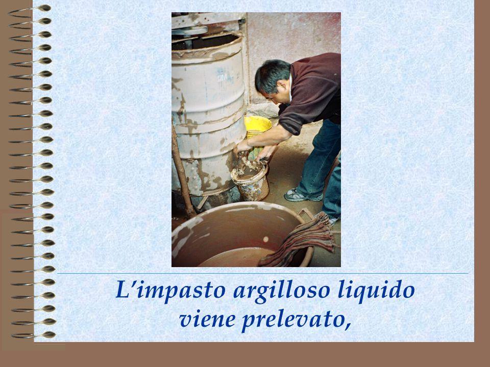 Limpasto argilloso liquido viene prelevato,