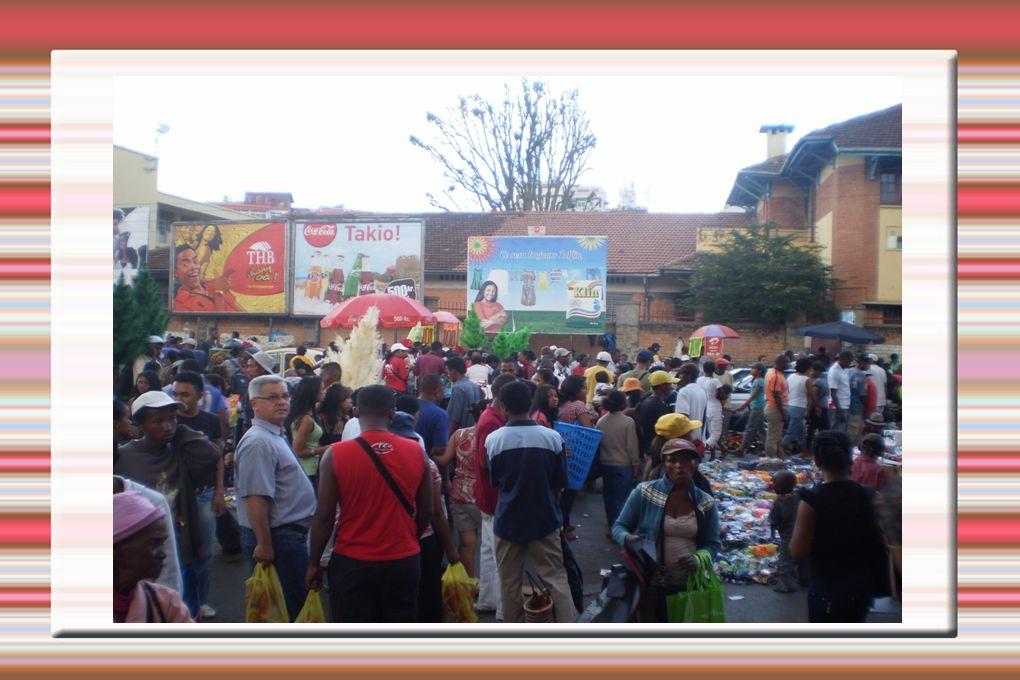 A Madagascar l Albero di natale non si vende in magazzino ma nella strada con la ghirlanda,la pallina,la campanella,la stella e i regali.