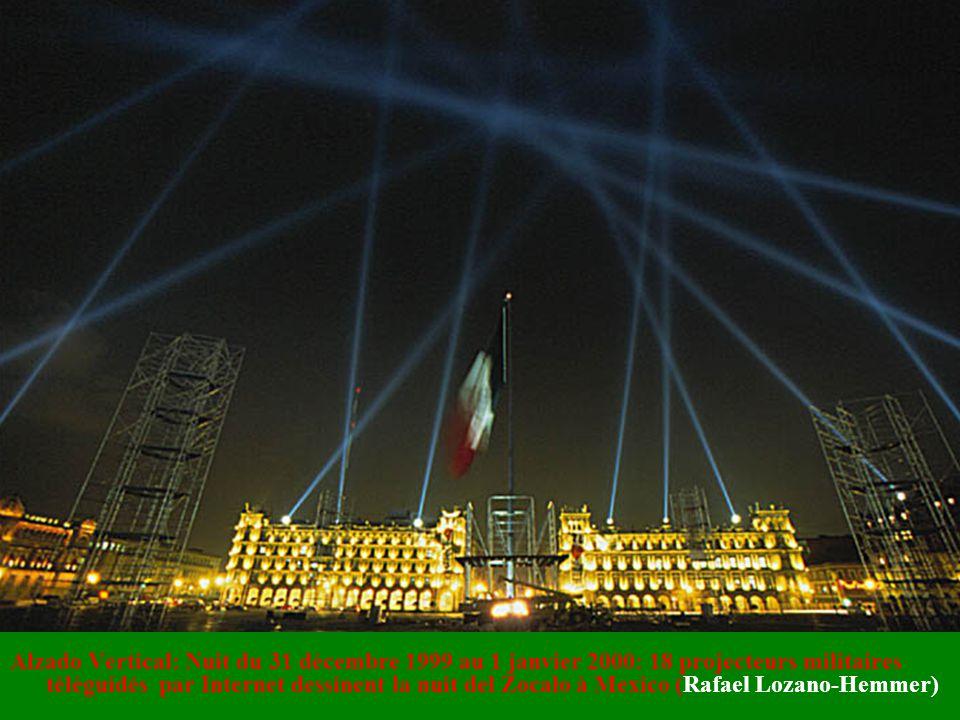 Alzado Vertical: Nuit du 31 décembre 1999 au 1 janvier 2000: 18 projecteurs militaires téléguidés par Internet dessinent la nuit del Zocalo à Mexico (Rafael Lozano-Hemmer)