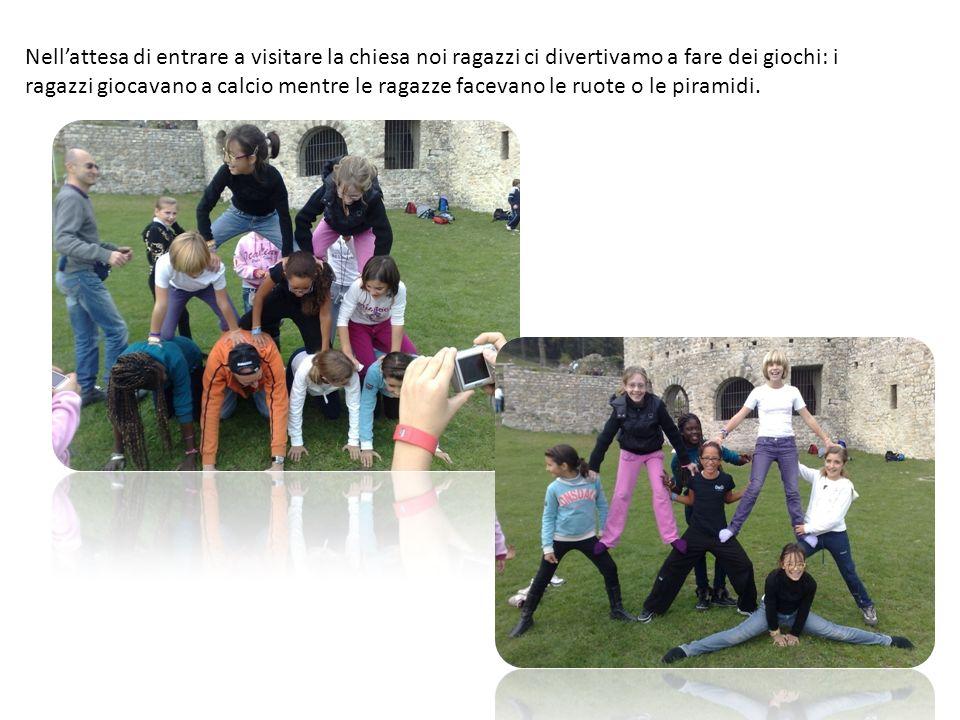 Nellattesa di entrare a visitare la chiesa noi ragazzi ci divertivamo a fare dei giochi: i ragazzi giocavano a calcio mentre le ragazze facevano le ruote o le piramidi.