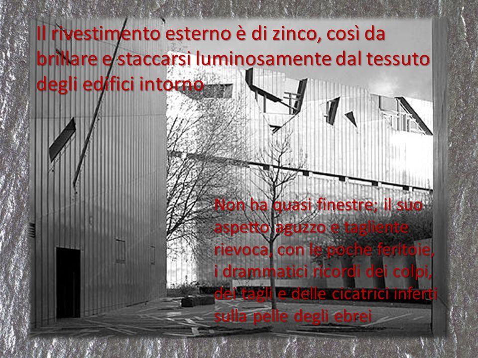 Il rivestimento esterno è di zinco, così da brillare e staccarsi luminosamente dal tessuto degli edifici intorno Non ha quasi finestre; il suo aspetto