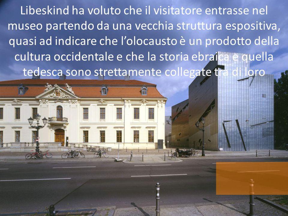 Libeskind ha voluto che il visitatore entrasse nel museo partendo da una vecchia struttura espositiva, quasi ad indicare che lolocausto è un prodotto