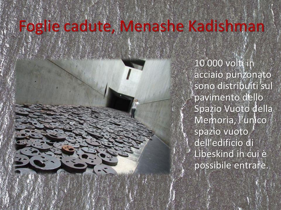 Foglie cadute, Menashe Kadishman 10 000 volti in acciaio punzonato sono distribuiti sul pavimento dello Spazio Vuoto della Memoria, l'unico spazio vuo