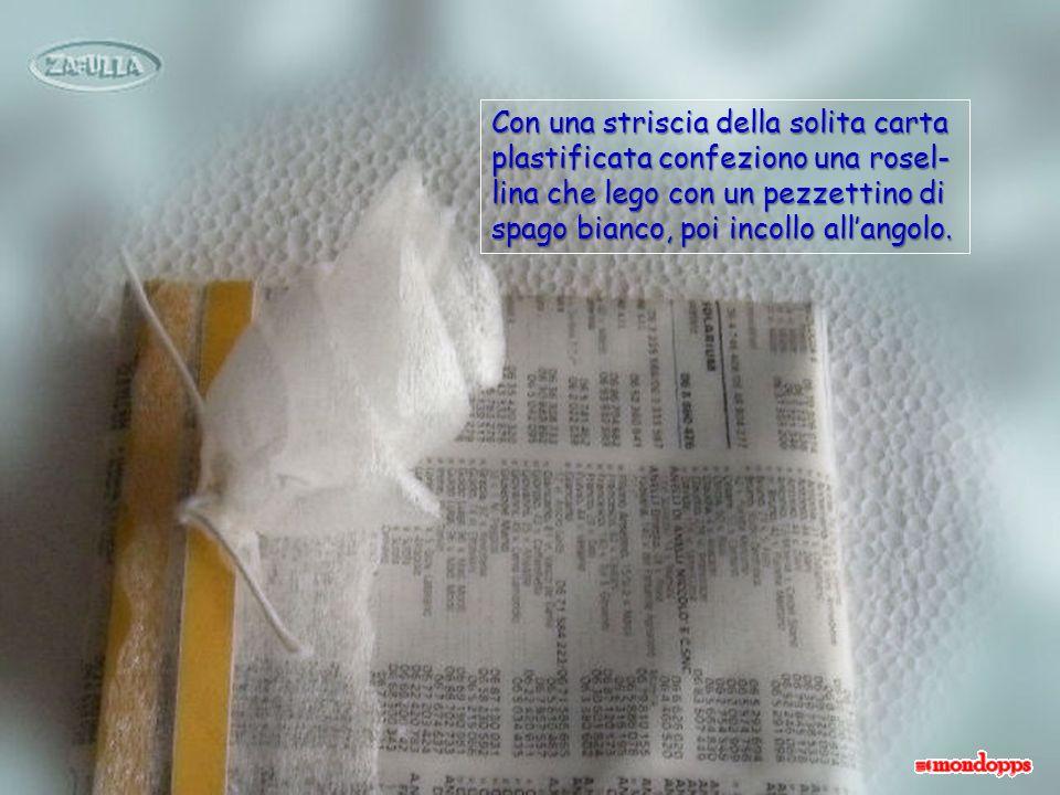 Il pacchetto è sempre avvol- to nel foglio dellelenco del telefono; uso le decorazioni gialle ritagliate e due stri- sce di carta plastificata da imballo; fermo il tutto con la colla.