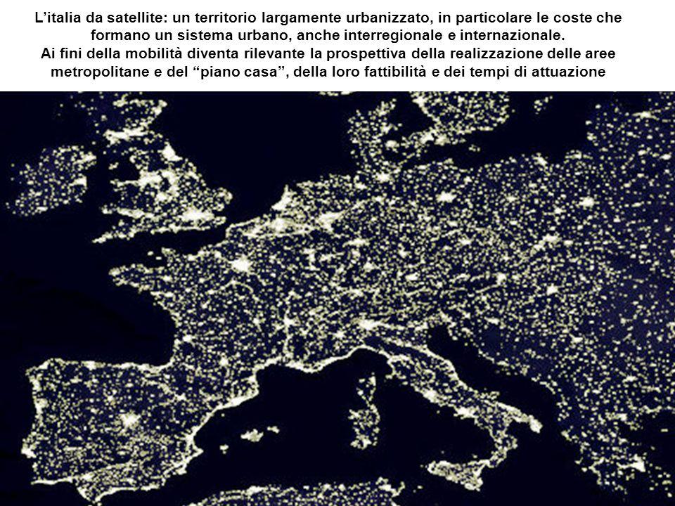 Litalia da satellite: un territorio largamente urbanizzato, in particolare le coste che formano un sistema urbano, anche interregionale e internazionale.