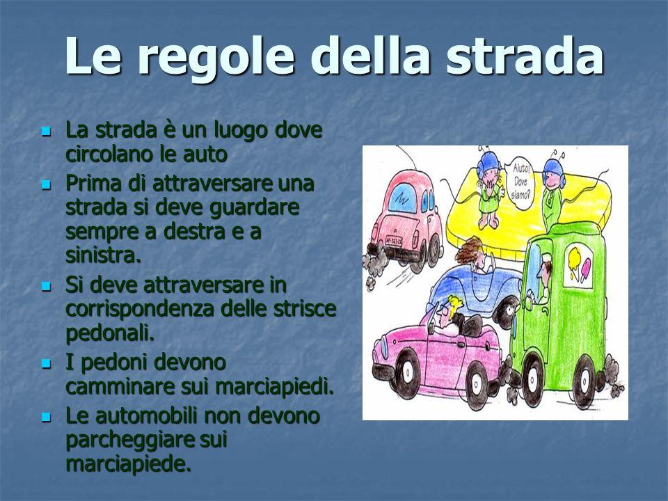 Le regole della strada La strada è un luogo dove circolano le auto La strada è un luogo dove circolano le auto Prima di attraversare una strada si deve guardare sempre a destra e a sinistra.