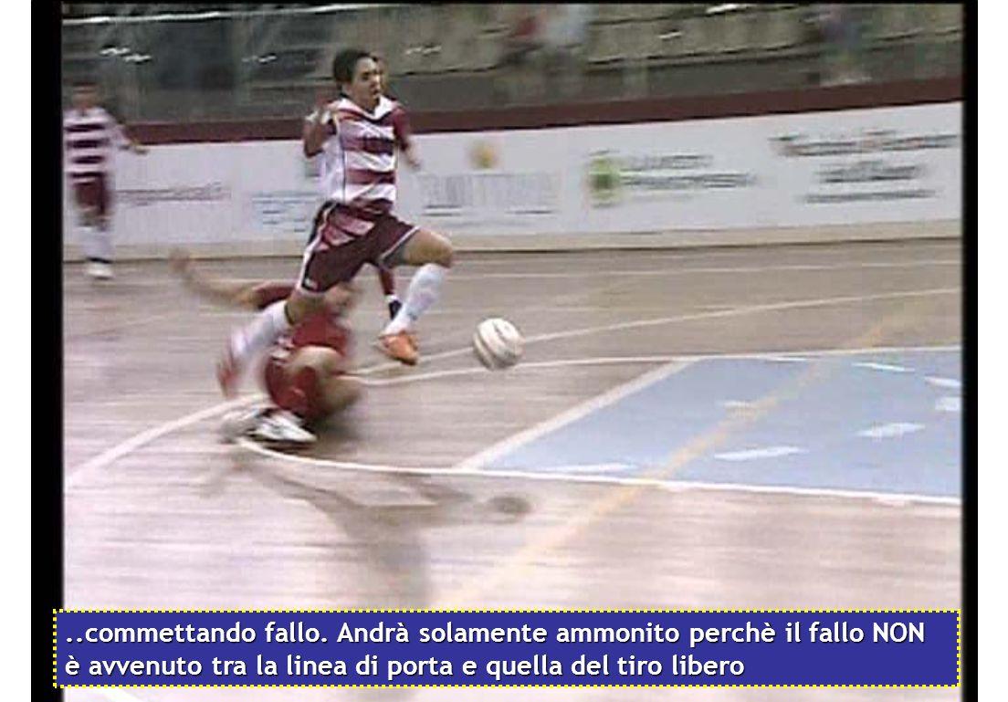 ..senza riuscirci perchè lattaccante lo anticipa e così colpisce direttamente la caviglia del giocatore avversario..
