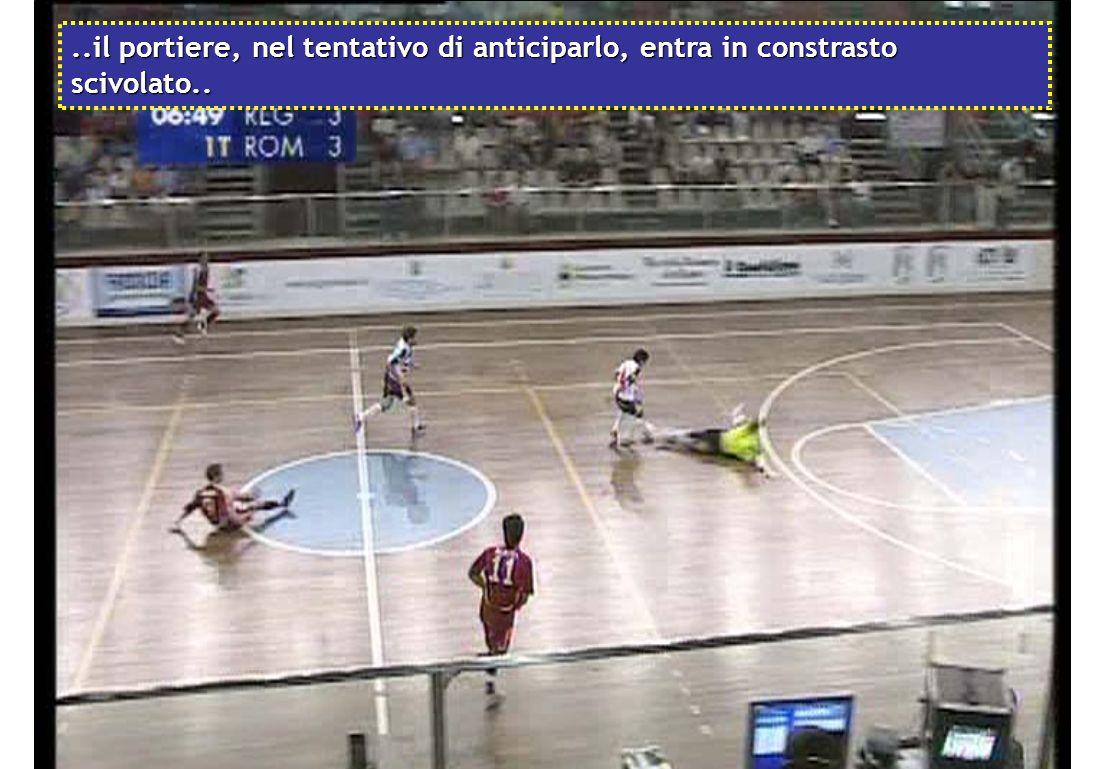 Il giocatore in bianco ruba il pallone allultimo difendente e si invola verso la porta avversaria..