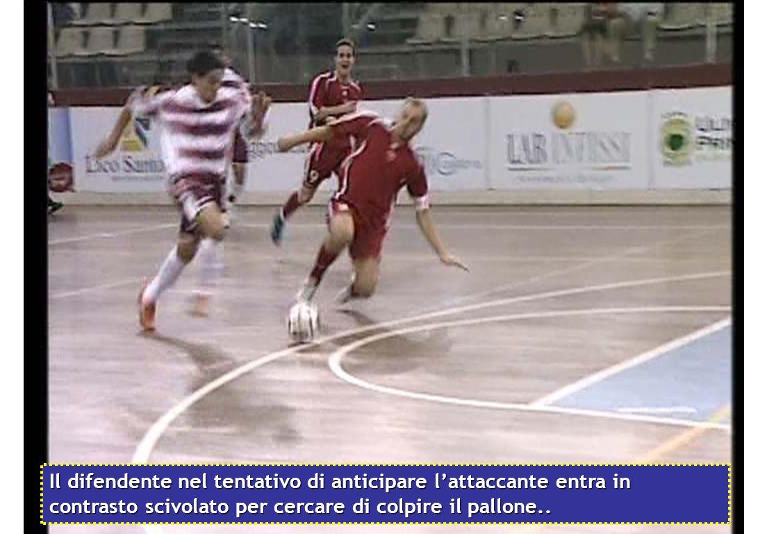 Il difendente nel tentativo di anticipare lattaccante entra in contrasto scivolato per cercare di colpire il pallone..