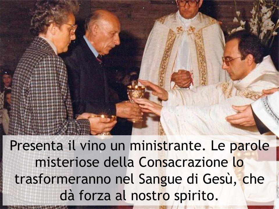 Presenta il vino un ministrante. Le parole misteriose della Consacrazione lo trasformeranno nel Sangue di Gesù, che dà forza al nostro spirito.