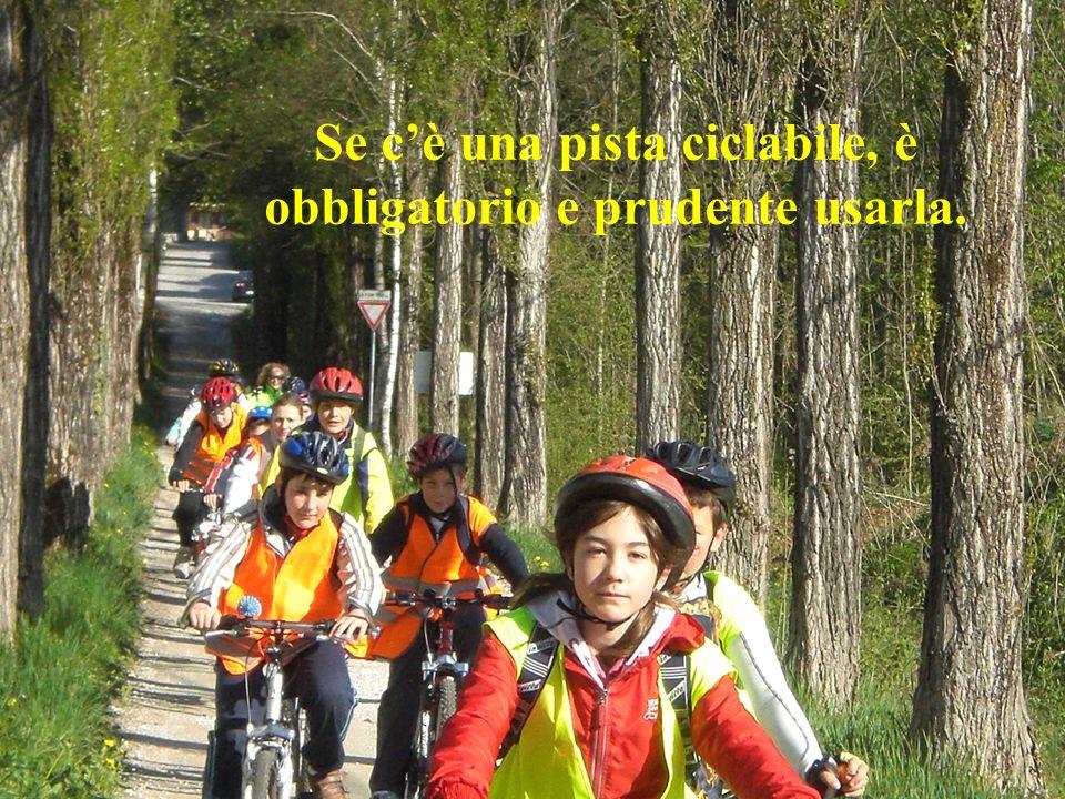 Se cè una pista ciclabile, è obbligatorio e prudente usarla.